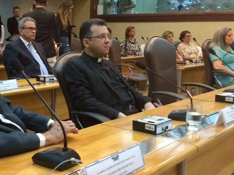 Pe. Charles representa arquidiocese em sessão solene na Assembleia Legislativa